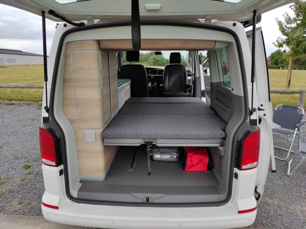 Location d'un van aménagé Lille Valenciennes Volkswagen California coffre ouvert vue de l'arrière