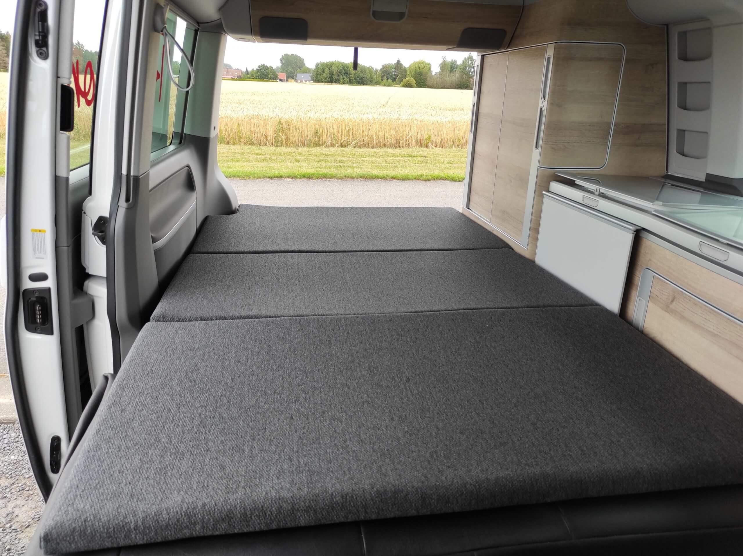 Lit déplié en bas dans un van Volkswagen California 6.1